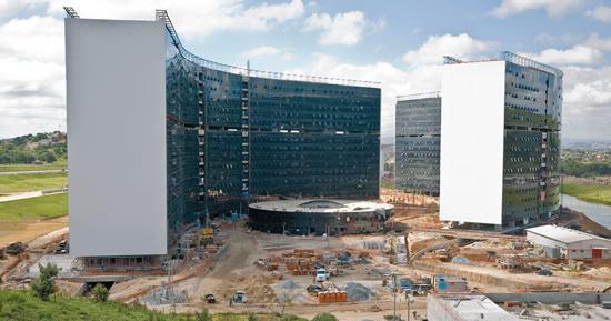 Em concreto protendido, os edifícios sinuosos das Secretarias I e II foram erguidos a Nordeste do terreno, de maneira a acolherem entre eles o prédio de forma circular do centro de convivência.