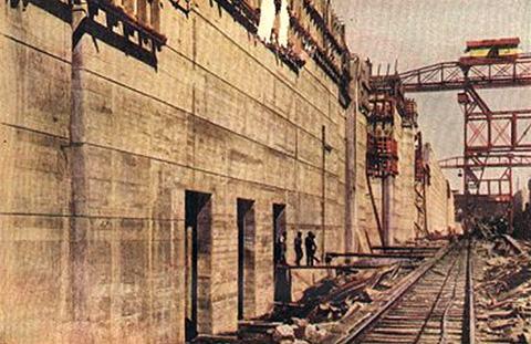 Construção das eclusas de Pedro Miguel, no início da década de 1910, mostrando as paredes centrais (vistas ao norte)