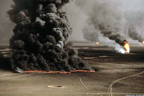Resultado de imagem para fumaça no  iraque de petróleo queimado, crianças com mãos sujas de óleo