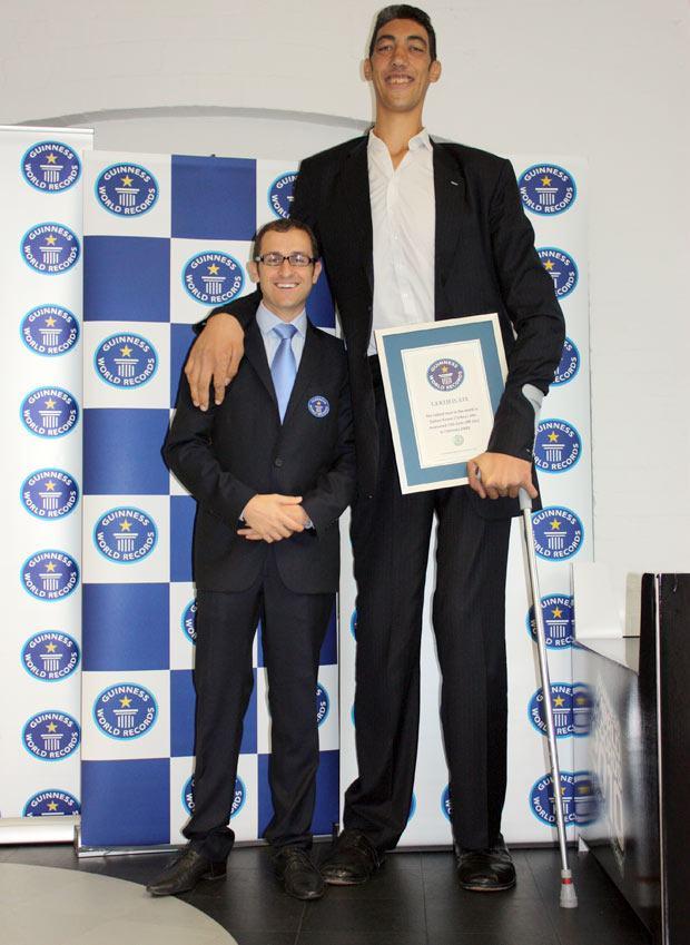 O homem vivo mais alto do mundo é da Turquia