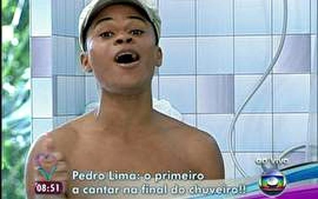Pedro Lima cantando no chuveiro do The Voice