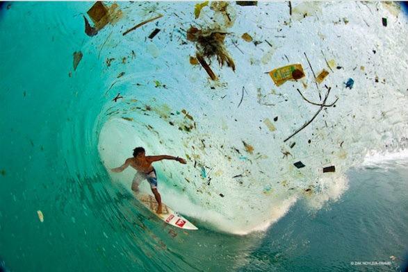surfe-no-lixo-Zak-Noyle-poluicao-mar