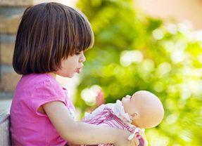 A atividade de brincar de boneca na vida das crianças