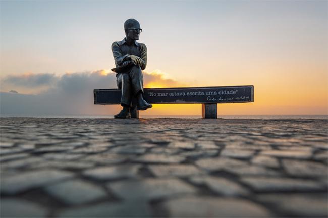 Quatro poemas de Carlos Drummond de Andrade para presentear um aniversariante
